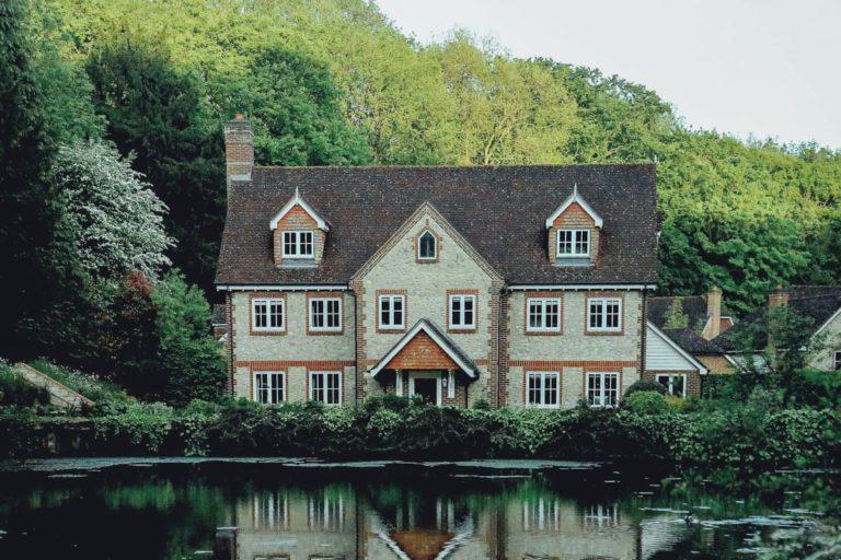 Une maison bien isolé avec les fenêtres, murs, toits ainsi que les combles.