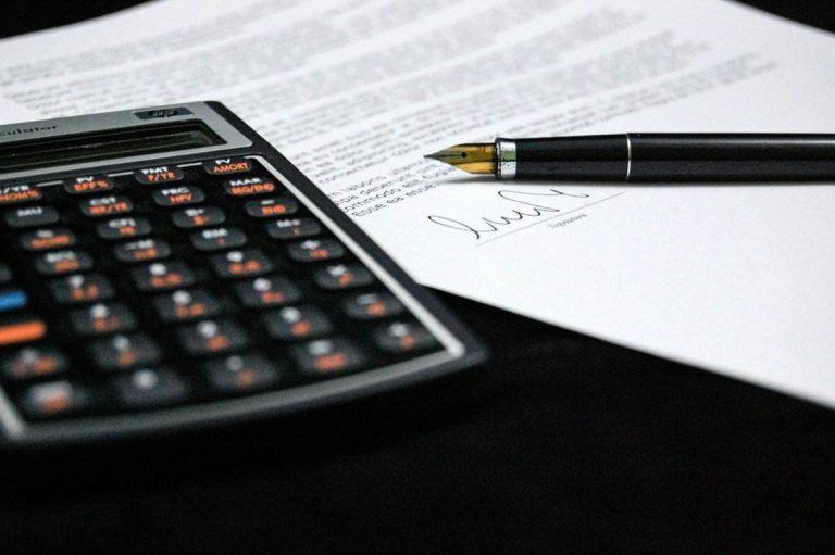 contrat stylo et calculatrice