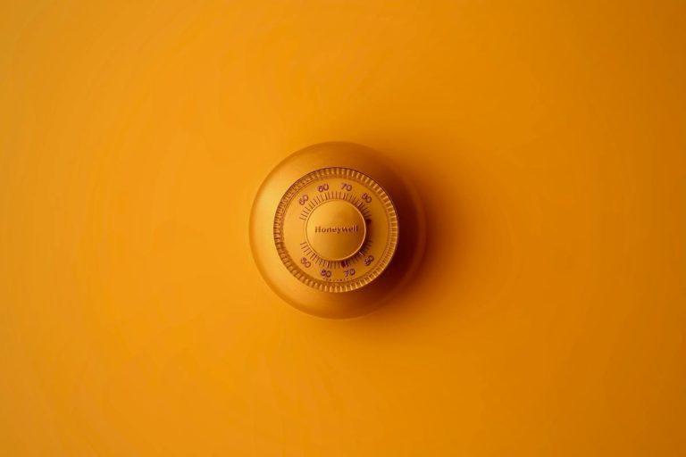 thermostat sur mur jaune