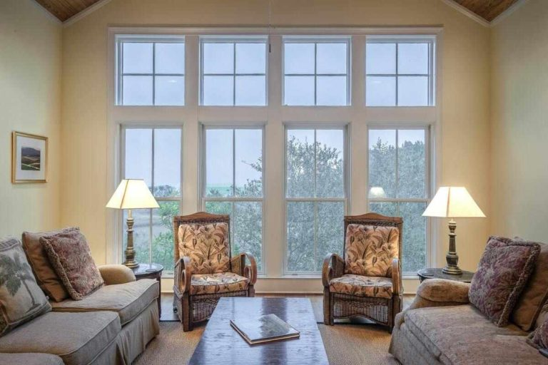 salon avec grandes fenêtres