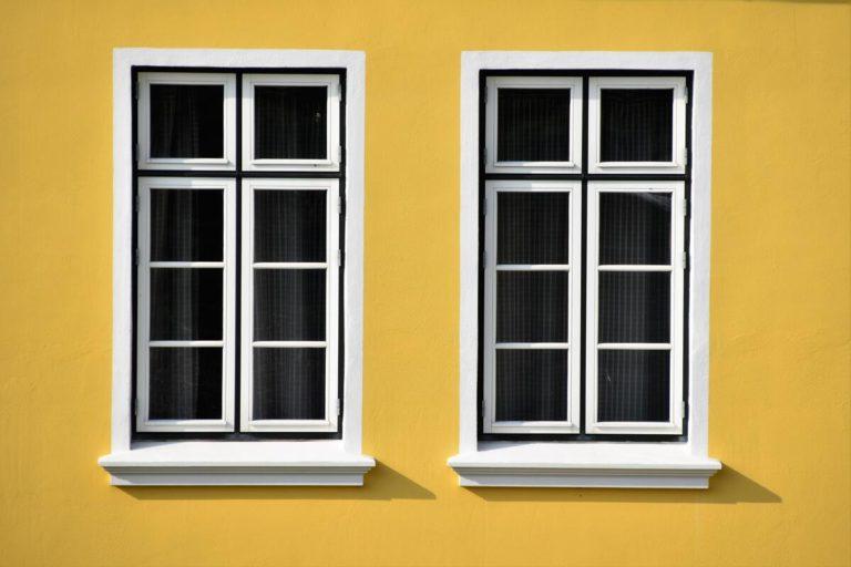 deux fenêtres sur mur jaune