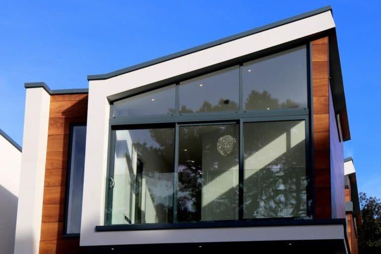 maison moderne grandes baies vitrées
