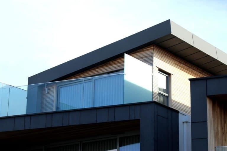maison moderne noire et marron