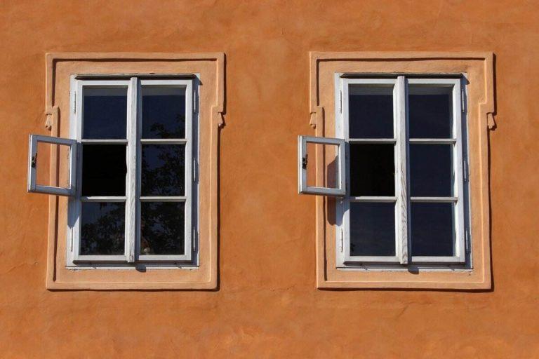 façade orange avec deux fenêtres