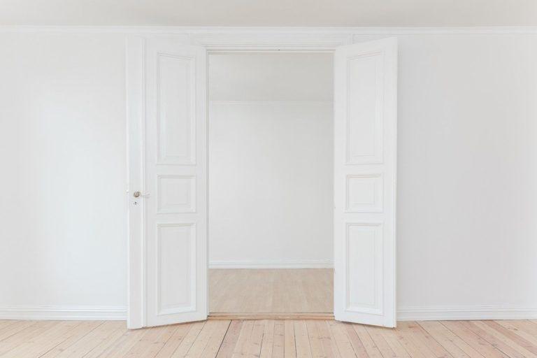 mur blanc et portes blanches