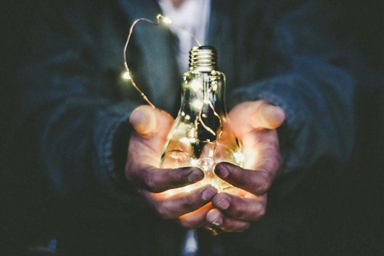 mains serrant une ampoule