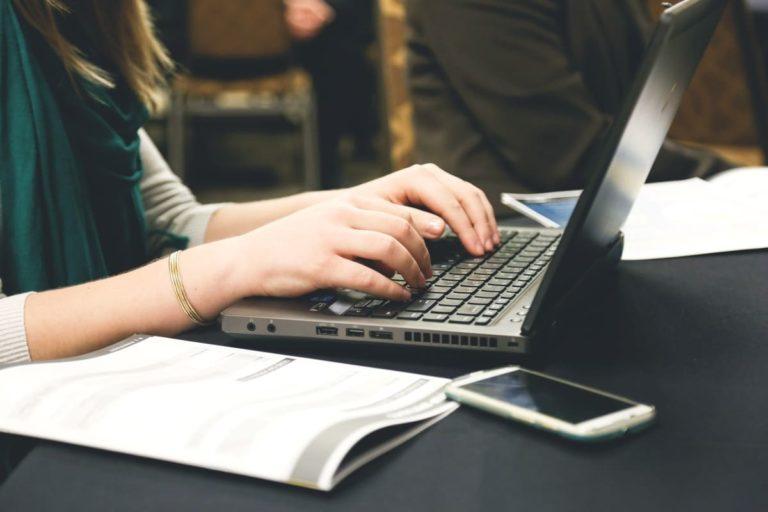 individu sur un ordinateur