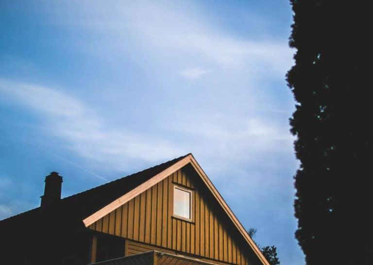 Le toit d'une maison vue de l'extérieur