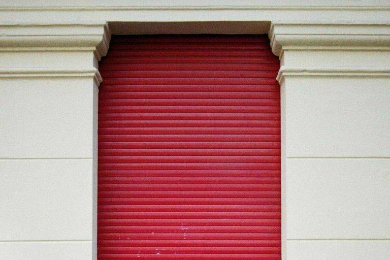 volet roulant rouge fenêtre