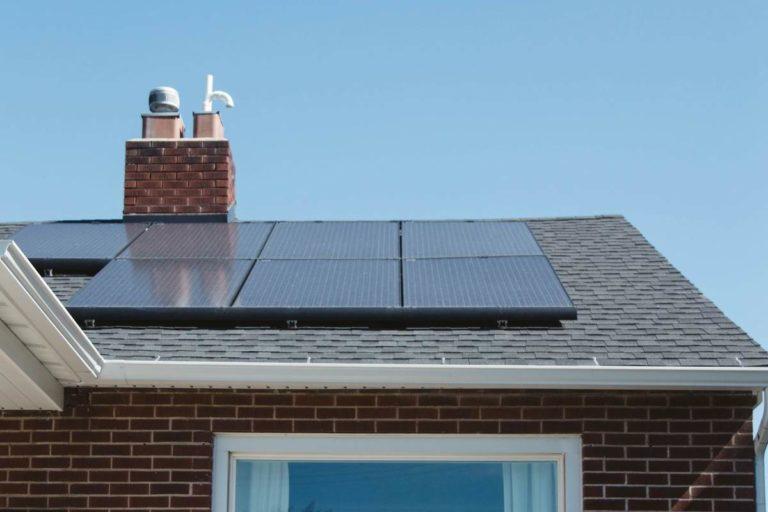 un toit avec des panneaux solaire pour permettre le fonctionnement du chauffe eau