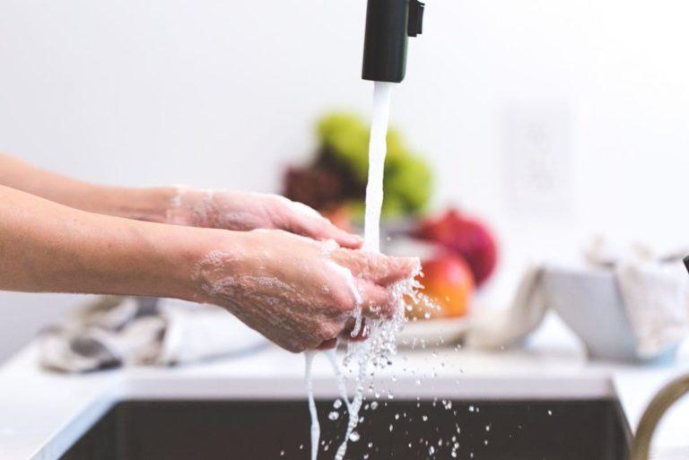 se laver les mains avec un chauffe-eau thermodynamique