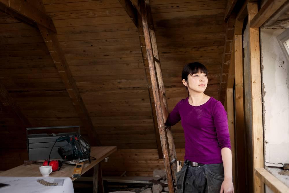 Femme travail bois