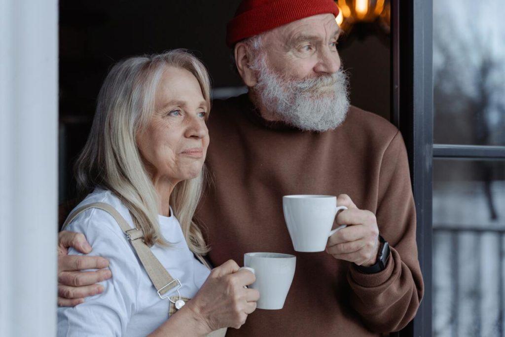 Couple de personnes âgées à leur fenêtre